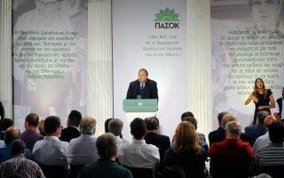 O πρόεδρος του ΠΑΣΟΚ έχει κάθε λόγο να αισθάνεται ικανοποιημένος. Στην επίσημη εκδήλωση του Ζαππείου για τα 40 χρόνια, έδωσαν το παρών παλαιά και νεα στελέχη, εκπροσωπώντας όλες τις τάσεις από το εναπομείναν «όλον ΠΑΣΟΚ».