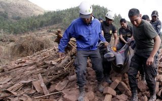 epa04422688 A handout picture made available by Andina agency shows police agents carrying a corpse after an earthquake in Paruro, Peru, 28 September 2014. Peru Government has declared the state of emergency in Cuzco region after a 5.1 magnitude earthquake caused the death of at least eight people, injuring five and affecting as many as 530 people.  EPA/ANDINA/PERCY HURTADO BEST QUALITY AVAILABLE HANDOUT EDITORIAL USE ONLY