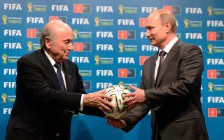 Ο πρόεδρος της FIFA, Σεπ Μπλάτερ, στην τελετή παράδοσης της διοργάνωσης του Μουντιάλ στον Βλάντιμιρ Πούτιν, τον περασμένο Ιούλιο.