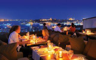 Δείπνο στην ταράτσα του υπέροχου «George's Hotel Galata» στην Κωνσταντινούπολη.