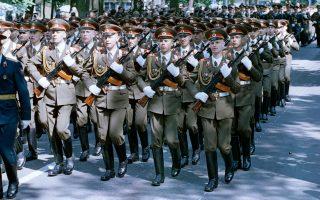 Ρώσοι στρατιώτες παρελαύνουν κατά τη διάρκεια αποχαιρετιστήριας στρατιωτικής παρέλασης στην έδρα των στρατευμάτων της πρώην Ανατολικής Γερμανίας, στο Βουνσντορφ στις 11 Ιουνίου 1994.