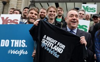 epa04400437 Scotland's First Minister Alex Salmond (C)  with members of Scottish bands Franz Ferdinand, Frightened Rabbit, Mogwai and others ahead of a special 'vote Yes' concert, 'A Night for Scotland' in Edinburgh, Scotland, 14 September 2014.  An opinion poll for a national Sunday newspapers shows the No vote on 53% to 47% for Yes, although the number of undecided means the result of the 18 September Independence reference is still to close to call.  EPA/ANDY RAIN
