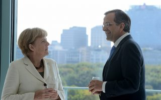 Ο πρωθυπουργός Αντ. Σαμαράς, στην αρχή της συνάντησης, παρουσίασε στην κ. Μέρκελ φωτογραφίες με τις Καρυάτιδες από την Αμφίπολη και η Γερμανίδα καγκελάριος δήλωσε εντυπωσιασμένη.
