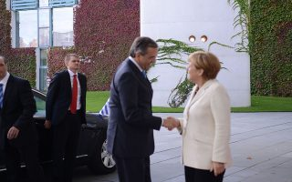 Η καγκελάριος της Γερμανίας Άγγελα Μέρκελ (Δ) υποδέχεται τον πρωθυπουργό Αντώνης Σαμαράς (A) κατά την διάρκεια του γεύματος εργασίας, την Τρίτη 23 Σεπτεμβρίου 2014, στο Βερολίνο.  Στην ατζέντα της συνάντησης είναι οι προοπτικές της ελληνικής οικονομίας και η πορεία του ελληνικού προγράμματος, οι ευρωπαϊκές οικονομικές εξελίξεις αλλά και ζητήματα εξωτερικής πολιτικής. Πρόκειται για εφ όλης της ύλης συζήτηση για την ελληνική οικονομία λίγο πριν αρχίσει η αξιολόγηση του ελληνικού προγράμματος και ενώ η κυβέρνηση επιδιώκει την έναρξη της διαπραγμάτευσης για τη βιωσιμότητα του ελληνικού χρέους. ΑΠΕ- ΜΠΕ/ ΓΡΑΦΕΙΟ ΤΥΠΟΥ ΠΡΩΘΥΠΟΥΡΓΟΥ/ΓΟΥΛΙΕΛΜΟΣ ΑΝΤΩΝΙΟΥ