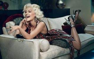 H Rita Ota ποζάρει συχνά μιμούμενη την Marilyn Monroe
