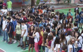 Μαθητές γυμνασίου και λυκείου κατά τη διάρκεια του αγιασμού, την  Τετάρτη 11 Σεπτεμβρίου 2013, στην  Θεσσαλονίκη. Αυλαία σήμερα για χιλιάδες μαθητές και μαθήτριες, καθώς με τον καθιερωμένο αγιασμό ανοίγουν τα σχολεία, τα οποία ωστόσο ξανακλείνουν από την επόμενη Δευτέρα, με το μπαράζ των απεργιακών κινητοποιήσεων από καθηγητές και δασκάλους, ακόμη και στα ιδιωτικά σχολεία. ., ΑΠΕ ΜΠΕ/PIXEL/ΜΠΑΡΜΠΑΡΟΥΣΗΣ ΣΩΤΗΡΗΣ