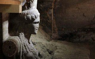 Γεμάτος συγκινήσεις είναι ο δρόμος προς την αποκάλυψη του ταφικού μνημείου στην Αμφίπολη. Οι δύο Καρυάτιδες έρχονται να επιβεβαιώσουν τη σημασία του, καθώς συνυπάρχουν δείγματα αιγυπτιακής και ελληνικής αρχιτεκτονικής.