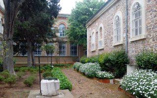 Ο κήπος γύρω από τον ιερό ναό της Αγίας Τριάδας.