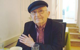 Ο Ισραηλινός συγγραφέας Ααρον Απελφελντ στο «Τίχο» καφέ της Ιερουσαλήμ, φωτογραφημένος από εμάς τον Απρίλιο του 2009. «Αντλώ από τη δεξαμενή των βιωμάτων μου», μας είχε πει τότε, «αλλά ό,τι κάνω είναι μυθοπλασία. Θέλω να αναπλάσω τους χαμένους μου γονείς και τον πόλεμο».