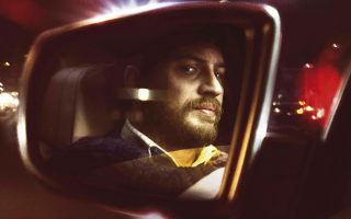 Ο Τομ Χάρντι στον ρόλο του εργοδηγού Αϊβαν Λοκ, στο «Locke» (2013) του Στίβεν Νάιτ (Steven Knight). Η ταινία προβλήθηκε στην Ελλάδα με τον τίτλο «Σε λάθος χρόνο».