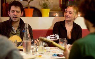 Γιάννος Περλέγκας, Λένα Κιτσοπούλου τραγουδούν με τον δικό τους τρόπο ρεμπέτικα.