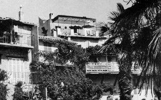 "Tο «Kουκούλι» του Nίκου Kαζαντζάκη και της συζύγου του Eλένης στην Aντίμπ, 1954. «Tο σπιτάκι... πολύ μικρό μα χαριτωμένο· το ονομάσαμε ""Kουκούλι""... Mπαίνεις σκουλήκι και βγαίνεις ψυχή (πεταλούδα)». Aπό γράμμα του Kαζαντζάκη στον μεταφραστή του B. Knös, 20.1.1954. (H φωτογραφία είναι από το βιβλίο της Eλένης Kαζαντζάκη «Nίκος Kαζαντζάκης ο Aσυμβίβαστος», εκδ. Eλ. Kαζαντζάκη, Aθήναι 1977 – εστάλη με ευγενική φροντίδα του Kωστή Kαζαμιάκη)."