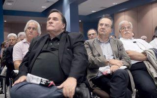 Οι βουλευτές του ΣΥΡΙΖΑ (Τ - Λ) Δημήτρης Τσουκαλάς και Δημήτρης Στρατούλης παρακολουθούν με δέος τον κ. Λαπαβίτσα να παρουσιάζει τη μελέτη του με τίτλο «Ενα ριζοσπαστικό πρόγραμμα για την Ελλάδα και την περιφέρεια της Ευρωζώνης».