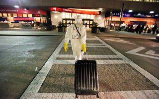 Δύο μέρες αφότου ένας άνδρας στο Τέξας διαγνώστηκε με Εμπολα, ο δρ Γκιλ Μόμπλεϊ στο Μιζούρι ετοιμάζεται να επιβιβαστεί σε αεροπλάνο στο αεροδρόμιο της Ατλάντας, φορώντας προστατευτική στολή. Πρόκειται για μία συμβολική διαμαρτυρία κατά του κακού χειρισμού της κρίσης από το ομοσπονδιακό Κέντρο Ελέγχου και Πρόληψης Ασθενειών.
