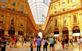 Κτίριο ορόσημο του Μιλάνου, η Γκαλέρια Βιτόριο Εμανουέλε Β΄ είναι σε πρόγραμμα ευρείας αποκατάστασης, με κύριο χορηγό τον οίκο Versace, που διέθεσε 1,5 εκατ. ευρώ. Αντίστοιχο ποσόν είχε διαθέσει και ο οίκος Prada.
