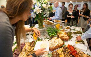 Εκλεκτούς μεζέδες, αντιπροσωπευτικούς της ελληνικής διατροφής, που υπέδειξαν κορυφαίοι Ελληνες σεφ, όπως ο Μιχάλης Ψιλάκης και η Νταϊάνα Κόχυλα, γεύτηκαν οι συμμετέχοντες στο επιστημονικό συνέδριο.