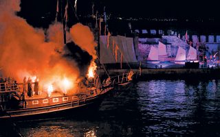 Φωτογραφία από την Aναπαράσταση της Nαυμαχίας της Nαυπάκτου το 2013 στο λιμάνι της πόλης.