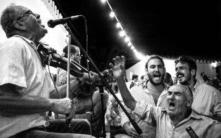 Στο πανηγύριτης Παναγίας της Φλαμπουριανής στην Κύθνο μαζεύεται όλο το νησί. Στο προαύλιο της εκκλησίας μπρος και πίσω στήνονται εξέδρες για δύο ορχήστρες που παίζουν χωριστά.