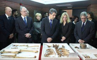 Ο πρόεδρος της Βουλγαρίας Ρόσεν Πλεβνελίεφ (στο κέντρο) επισκέφθηκε χθες το Μουσείο Βυζαντινού Πολιτισμού στη Θεσσαλονίκη, όπου φυλάσσονται τα οστά του «πατέρα» του βουλγαρικού έθνους, τσάρου Σαμουήλ, σε ένα προσκύνημα με αφορμή τους εορτασμούς στη Βουλγαρία για τη συμπλήρωση 1.000 ετών από τον θάνατο του «βασιλέα των βασιλέων» τους. Από αριστερά, ο πρώην βασιλιάς, απόγονος της δυναστείας των Σαξομπουρκόσκι και πρώην πρωθυπουργός της Βουλγαρίας, Συμεών και δίπλα του ο Ελληνας υπουργός Πολιτισμού Κώστας Τασούλας. Τα οστά του Σαμουήλ ανακαλύφθηκαν το 1969 από τον καθηγητή Νικόλα Μουτσόπουλο στις Πρέσπες.