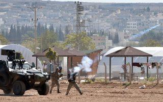 Δακρυγόνα εξαπολύουν Τούρκοι στρατιώτες εναντίον Κούρδων διαδηλωτών σε συνοριακό πέρασμα, στην κωμόπολη Σουρούτς, προς τη Συρία.
