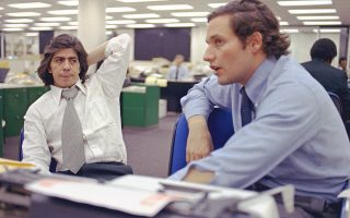 Ο Μπομπ Γούντουορντ (δεξιά) και ο Καρλ Μπέρνστιν, στην «Post» στις 7 Μαΐου 1973, εν μέσω σκανδάλου Ουοτεργκέιτ.