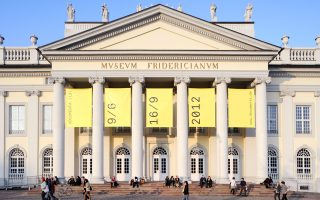 Αποψη του Μουσείου Fridericianum στο Κέσελ της Γερμανίας όταν φιλοξένησε τμήμα της τελευταίας documenta το 2012.