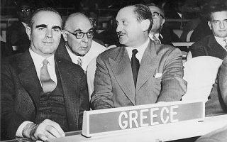 Ηνωμένα Εθνη, 12 Νοεμβρίου 1956, έναρξη της συζήτησης για το Κυπριακό. Ο πρωθυπουργός Κωνσταντίνος Καραμανλής με τον υπουργό Εξωτερικών Ευάγγελο Αβέρωφ, ο οποίος συνομιλεί με τον Γιώργο Σεφέρη, διευθυντή τότε της Β΄ Πολιτικής Διεύθυνσης του υπουργείου Εξωτερικών.