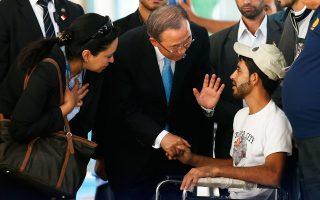 Παλαιστίνιο, θύμα των ισραηλινών βομβαρδισμών, συνάντησε χθες ο Μπαν Κι Μουν, κατά τη διάρκεια επίσκεψής του στη Λωρίδα της Γάζας.