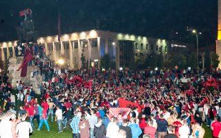 Οπαδοί της εθνικής ομάδας ποδοσφαίρου της Αλβανίας συγκεντρώθηκαν τη νύχτα της Τρίτης προς Τετάρτη στο κέντρο των Τιράνων, μετά τη διακοπή του αγώνα με τη Σερβία στο Βελιγράδι. Τα σοβαρά επεισόδια που προκλήθηκαν με την εμφάνιση «ουρανοκατέβατης» σημαίας της «Μεγάλης Αλβανίας» στο γήπεδο, υπενθύμισαν τους κινδύνους επανεμφάνισης των βαλκανικών εθνικισμών.