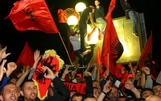 Αλβανοί φίλαθλοι επιφύλαξαν υποδοχή ηρώων στα μέλη της εθνικής ομάδας ποδοσφαίρου.