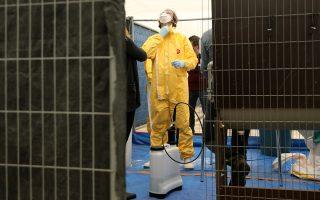 Εκπαίδευση εθελοντών των Γιατρών Χωρίς Σύνορα στις Βρυξέλλες στον χειρισμό ατομικού προστατευτικού εξοπλισμού.