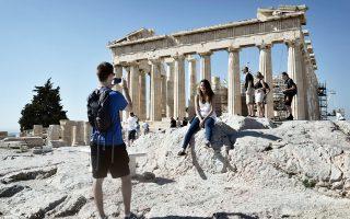 Μπορεί να οδεύουμε στα τέλη Οκτωβρίου, η ροή των τουριστών, ωστόσο, στην Ελλάδα μοιάζει αμείωτη. Οι ουρές των επισκεπτών στο Μουσείο της Ακρόπολης και στον Ιερό Βράχο, οι τουρίστες που δοκιμάζουν ελληνικά εδέσματα στην Πλάκα και στο Μοναστηράκι, τα γεμάτα ξενοδοχεία δείχνουν ότι μια πάγια επιθυμία, αυτή της επιμήκυνσης της τουριστικής σεζόν, είναι πλέον πραγματικότητα.