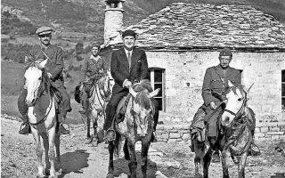 Ορεινή Ευρυτανία, 1944. Ο στρατηγός Στέφανος Σαράφης (δεξιά) και ο Αλέξανδρος Σβώλος (στο κέντρο) αναχωρούν για τη Μέση Ανατολή. Αριστερά ο Πέτρος Ρούσος.  (φωτ.: Σπύρος Μελετζής).