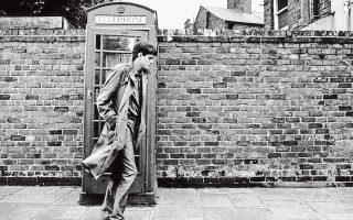 Οι ανέκδοτες σημειώσεις του Ιαν Κέρτις, τραγουδιστή των Joy Division, δημοσιεύονται για πρώτη φορά 34 χρόνια μετά την αυτοκτονία του. Το βιβλίο «So This Is Permanence» επιμελήθηκαν η σύζυγός του Ντέμπορα Κέρτις και ο συγγραφέας Τζον Σάβατζ.