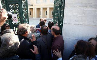 Τα Προπύλαια κατέλαβαν χθες φοιτητές και διοικητικοί υπάλληλοι, με επικεφαλής τρεις βουλευτές του ΣΥΡΙΖΑ, αντιδρώντας στα μέτρα ελέγχου των εισερχομένων στην πρυτανεία του Πανεπιστημίου Αθηνών, τα οποία εφήρμοσε -και βεβαιώνει ότι θα τηρήσει- ο πρύτανης του Ιδρύματος Θεόδωρος Φορτσάκης.