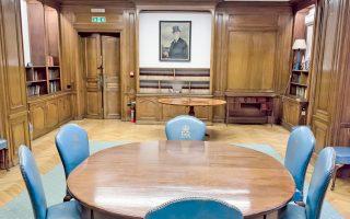 Η δρύινη βιβλιοθήκη στο ημιυπόγειο της βρετανικής πρεσβείας διαθέτει δερμάτινες πολυθρόνες από την εποχή που η Ελισάβετ Β΄ ανέβηκε στον θρόνο του Ηνωμένου Βασιλείου.