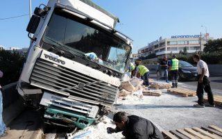 Χθες το πρωί, ένα άτομο τραυματίστηκε ελαφρά όταν ένα φορτηγό έπεσε πάνω σε έντεκα αυτοκίνητα στην Εθνική οδό Αθηνών - Λαμίας στο ύψος της Μεταμόρφωσης.