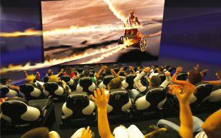 Μια άποψη της αίθουσας του «Θρόνου του Ηλίου» στη Ρόδο, με κοινό που απολαμβάνει.