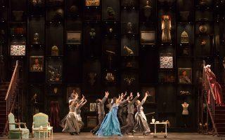 Το υποβλητικό σκηνικό του Γιώργου Σουγλίδη σαν ένα cabinet of curiosities συνέβαλε στην επιτυχία της παράστασης.
