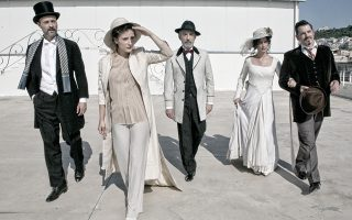 Με κοστούμια εποχής της Ερσης Δρίνη, ανεβαίνει η παράσταση «Μυστικοί αρραβώνες», το έργο του Γρηγορίου Ξενόπουλου σε σκηνοθεσία Σωτήρη Χατζάκη.