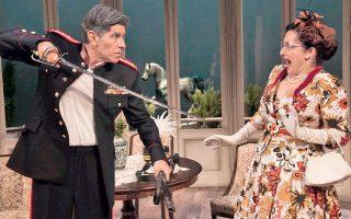 Στρατηγός Δεκαβάλλας ο Γιάννης Μπέζος στο «Ενας ήρωας με παντούφλες», το οποίο σκηνοθετεί κιόλας, στο θέατρο Βρετάνια.