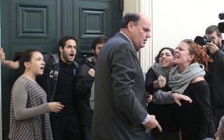 Ο πρύτανης του Πανεπιστημίου Αθηνών, Θεόδωρος Φορτσάκης, προσπαθεί να πείσει ομάδα φοιτητών να ανοίξει την πόρτα εξόδου από την αίθουσα της Συγκλήτου στα Προπύλαια. Η ομηρία του ίδιου και των άλλων συγκλητικών έληξε επεισοδιακά.