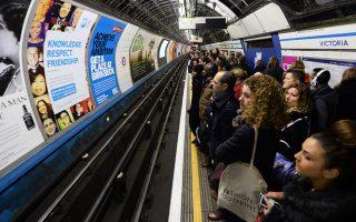 Πλήθη αναμένουν υπομονετικά, υπό συνθήκες συνωστισμού, τον συρμό του υπόγειου ηλεκτρικού σιδηροδρόμου στο Λονδίνο στις 4 Φεβρουαρίου 2014.