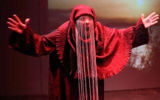 Η Μίνα Λαμπροπούλου στην παράσταση «Μήδειας μπούρκα», που έγραψε ο Ανδρέας Φλουράκης, ο οποίος υπογράφει και τη σκηνοθεσία. Τα κοστούμια είναι της Μαρί Τραμπούλη