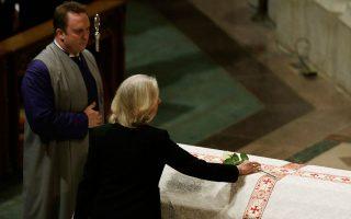 Η Σάλι Κουίν, χήρα του Μπεν Μπράντλι, τον αποχαιρετά ακουμπώντας ένα τριαντάφυλλο στο φέρετρό του.