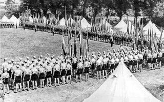 Συγκέντρωση της Νεολαίας του Χίτλερ στις 6 Σεπτεμβρίου του 1937, έξω από το Βερολίνο. Πίσω από τις γιορτές και τις φιέστες του Γ΄ Ράιχ κρυβόταν βέβαια μια ζοφερή πραγματικότητα: την περίοδο 1933-35 είχαν ήδη στηθεί πρόχειρα περί τα 70 στρατόπεδα συγκέντρωσης που «φιλοξένησαν» πάνω από 45.000 αντιφρονούντες.