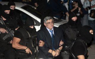 O Γραμματέας της Χρυσής Αυγής Νίκος Μιχαλολιάκος με αστυνομική συνοδεία οδηγείται στα δικαστήρια της πρώην σχολής Ευελπίδων για την απολογία του στον ανακριτή, Αθήνα, Τετάρτη 2 Οκτωβρίου 2013. Απολογίες στελεχών και βουλευτών της Χρυσής Αυγής ενώπιον του ανακριτή για σύσταση εγκληματικής οργάνωσης, αλλά και για εμπλοκή στην υπόθεση της δολοφονίας του Παύλου Φύσσα, στο Κερατσίνι. ΑΠΕ ΜΠΕ/ΑΠΕ ΜΠΕ/ΟΡΕΣΤΗΣ ΠΑΝΑΓΙΩΤΟΥ