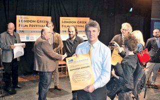 Ο σκηνοθέτης Γιάννης Βαμβακάς με το βραβείο Καλύτερου Ντοκιμαντέρ στο 7ο Φεστιβάλ Ελληνικών Ταινιών Λονδίνου.