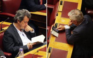 Αριστερά: Ενα βιβλίο είχε απορροφήσει τον κ. Π. Τατσόπουλο κατά τη διάρκεια της συνεδρίασης στην αίθουσα της Ολομέλειας του Κοινοβουλίου. Δεξιά: O φωτογραφικός φακός «συνέλαβε» τον κ. Μιχ. Ταμήλο να... παίζει «σκάκι» σε ένα μικρό τάμπλετ.