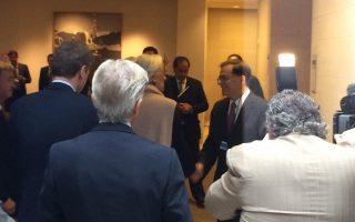 Ο υπουργός Οικονομικών, Γκίκας Χαρδούβελης (2Δ), ανταλλάζει χειραψία με τη γενική διευθύντρια του Διεθνούς Νομισματικού Ταμείου, Κριστίν Λαγκάρντ (3Α), κατά τη διάρκεια επίσκεψής του  στην έδρα του Ταμείου στην Ουάσινγκτον, Κυριακή 12 Οκτωβρίου 2014. ΑΠΕ-ΜΠΕ/ ΔΝΤ/ ΠΑΝΙΚΟΣ ΠΑΝΑΓΙΩΤΟΥ